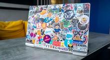 Щоозначають стікери наноутбуках IT-спеціалістів. Фотоогляд