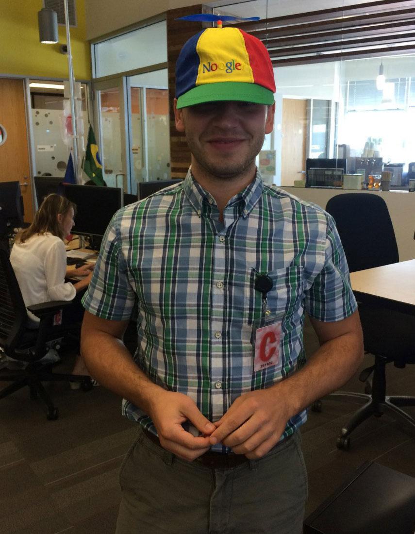 Ноябрь 2014 года – месяц после начала работы в Google. Я в кепке с надписью Noogle – новый сотрудник Google. Правда, контрактникам такие кепки не выдают, я просто с ней сфоткался