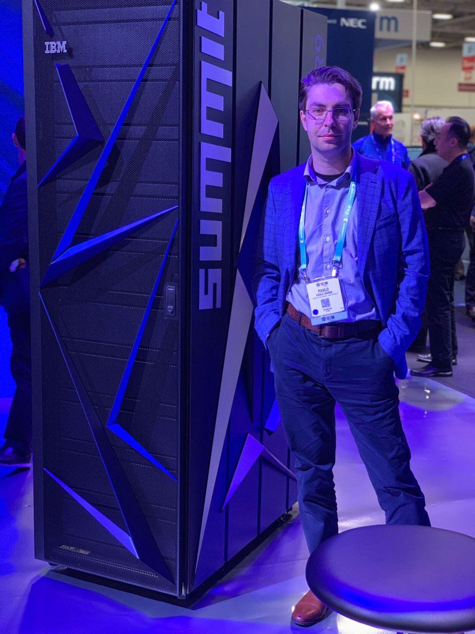 Я і блок суперкомп'ютеру Summit на виставці HPC'2018 в Далласі